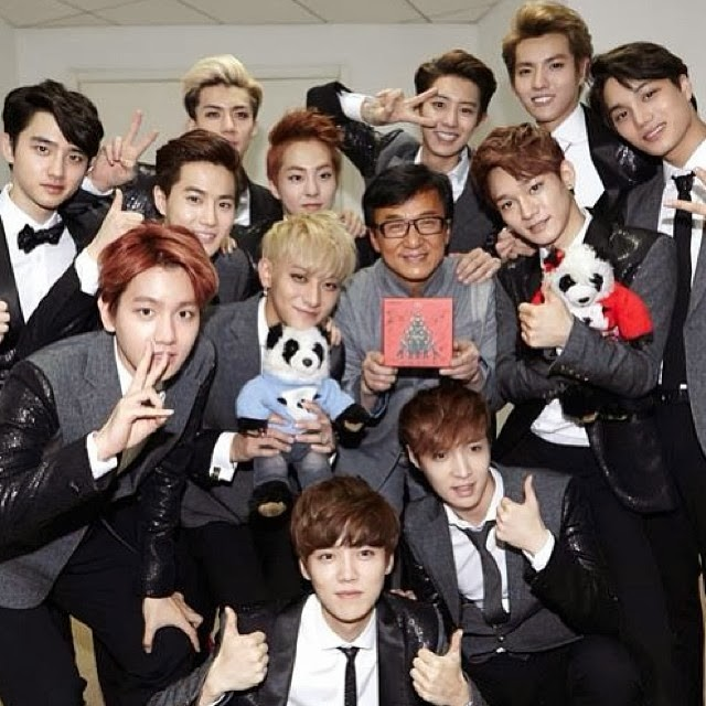 Jackie Chan recognizing the power of K-Pop while backstage with EXO at the Buidai Fei Dian Awards.