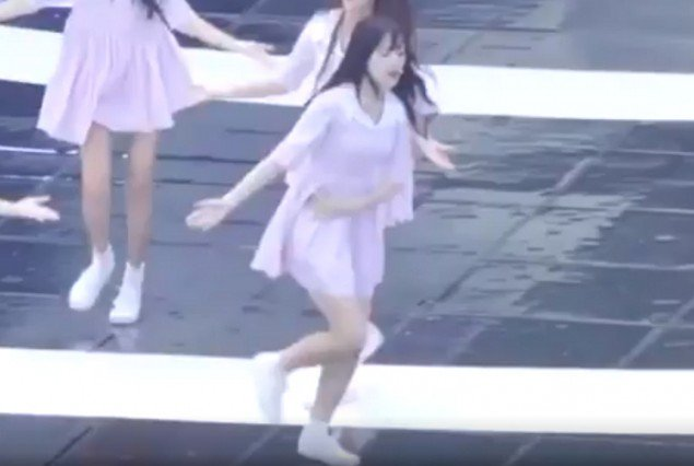 A Fancam of G-Friend's Yerin Performing While Clutching Her Stomach In Pain Is Going Viral After Being Diagnosed With Appendicitis