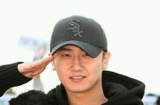 SS501 singer Heo Young Saeng reported for his two-year enlistment in the South Korean army at the Nonstop Training Center on Thursday.