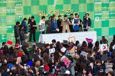 WINNER drew a crowd of 8,000 at their first-ever fan club meeting in Osaka's Serushi Square on Monday.