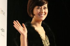 A fan of Jang Yun Jeong has filed a complaint with police in the South Korean city of Yongin, demanding the semi-trot singer tells her own mother she's sorry.