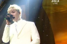 Lee Hongki's strange hand position may have stood out a bit more against the stark backdrop of his white suit, an unfortunate outfit considering the F.T. Island singer's predicament.