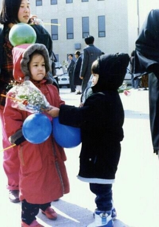 Heechul's Childhood Picture, Giving Bouquet to Sisterkey=>0 count1