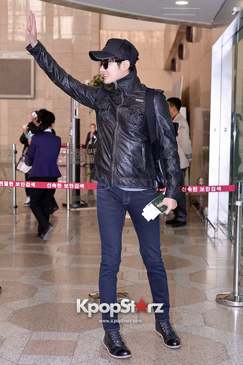 Park Si Hoo at Gimpo Airport Heading to Xinjiang, China for the Spring International Auto Showkey=>12 count14