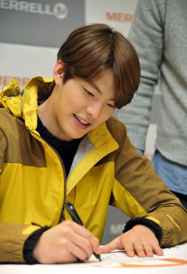 Kim Woo Bin Attends MERRELL Fan Sign Event key=>6 count9