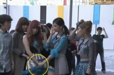 SNSD's Seohyun Manner Hands for Tiffany's Flying Skirt