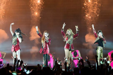 2NE1 onstage in Singapore