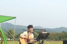 """Eddy Kim Sings Live Performance Of """"Darling"""" During Naver Music Concert"""