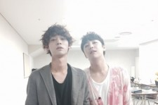 Jung Joon Young Takes A Photo With Jang Geun Suk After A Concert Together
