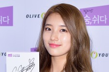 Suzy at the Fan Signing Event for Lilian