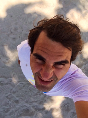 Roger Federer glares at the bird that pooped on him...key=>3 count6