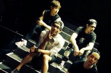2AM Takes A Picture Together For Their Rehearsel