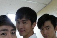 2AM Seulong Takes A Picture With 2PM Nichkhun And Taecyeon
