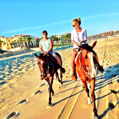 The couple loves to travel. Here they are in Cabo!key=>3 count6
