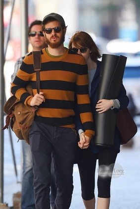 Emma Stone and boyfriend Andrew Garfield hiding from the paparazzi key=>0 count6