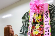 After School's Uee Receives a Flower Wreath From Lee Jang Woo