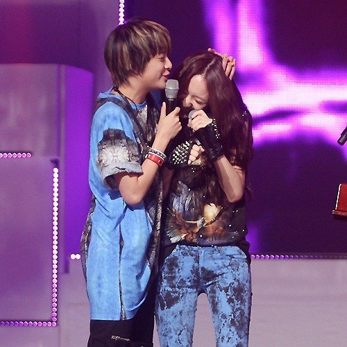 "Comical Moment of f(x) Captured During 'Show Champion' ""Shy Krystal in Arms of Amber""key=>0 count1"