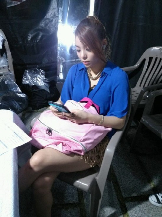 "Ailee Reveals a Rare Behind-the-Stage Photo ""Who Is She Texting?""key=>0 count1"