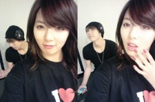 Hyunah taking pictures with 'Troublemaker Hyun-seung Jang'