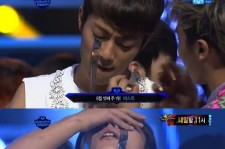 Yoon Dujun Enjoys the Award