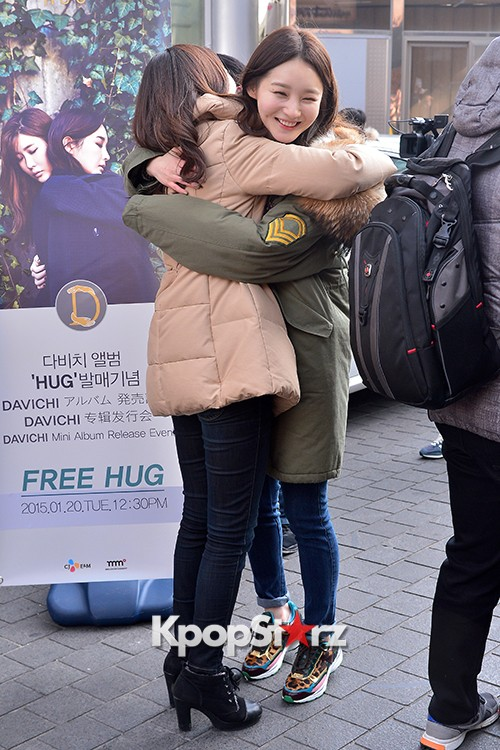 Davichi Holds a Free Hug Event at Myeongdong key=>4 count12