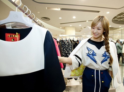 f(x) Victoria's Beauty Shines While Shopping at a Mallkey=>0 count1