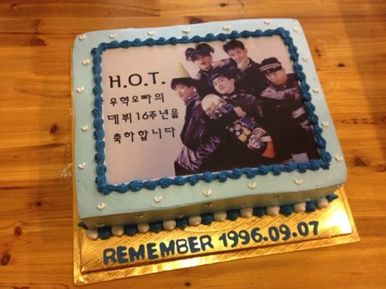 H.O.T Jang Woo Hyuk Receives Cake for 16 Year Anniversarykey=>0 count1