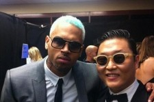 Singer Psy showed his friendship with pop singer Chris Brown.