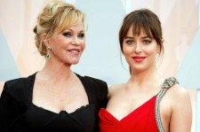 Dakota Johnson Interview With Her Mom At The Oscars Is Super Awkward