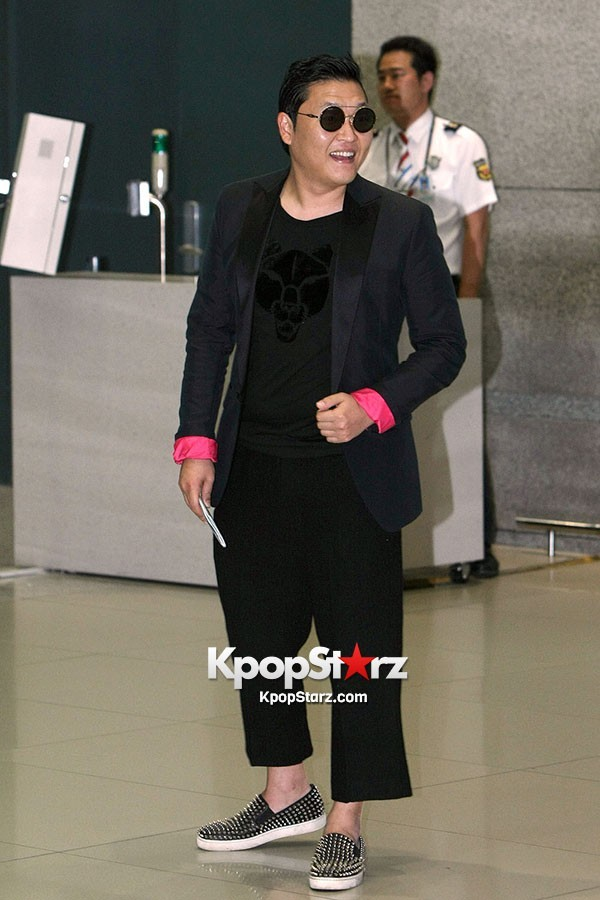 World Star PSY Arrived at Incheon Airport in Korea [18PHOTOS]key=>2 count19