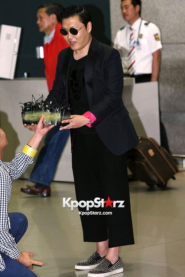 World Star PSY Arrived at Incheon Airport in Korea [18PHOTOS]key=>6 count19