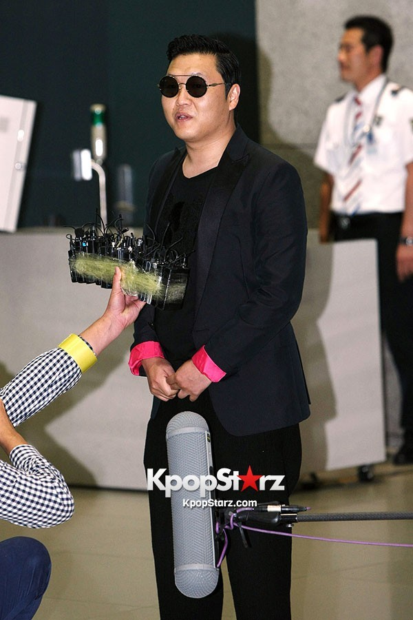 World Star PSY Arrived at Incheon Airport in Korea [18PHOTOS]key=>8 count19