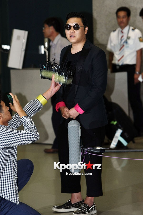 World Star PSY Arrived at Incheon Airport in Korea [18PHOTOS]key=>9 count19