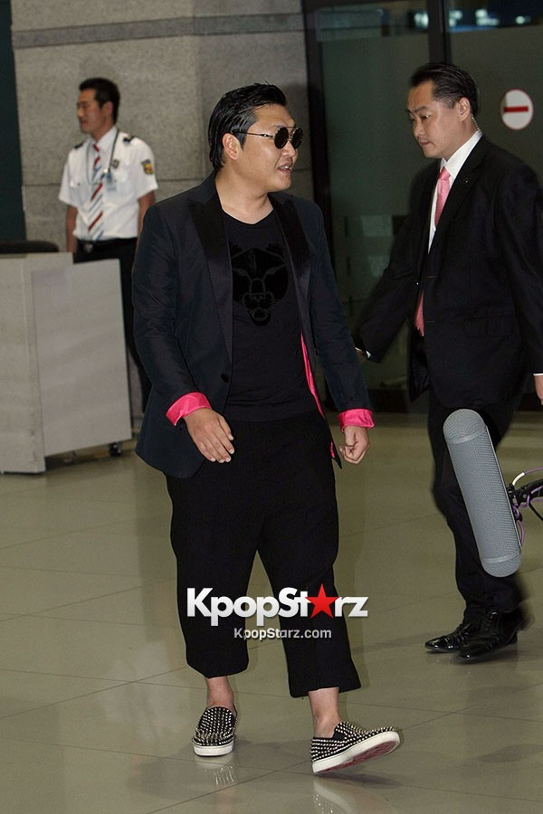 World Star PSY Arrived at Incheon Airport in Korea [18PHOTOS]key=>11 count19