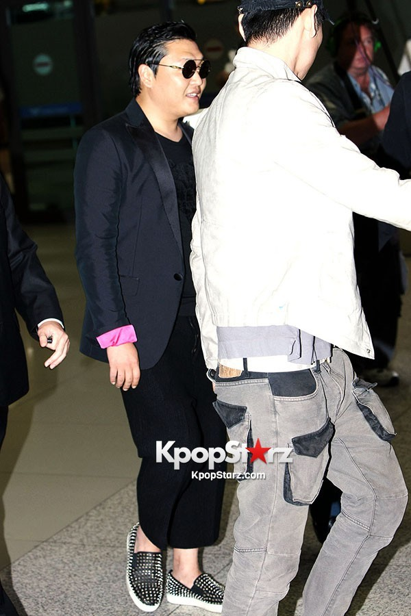 World Star PSY Arrived at Incheon Airport in Korea [18PHOTOS]key=>13 count19