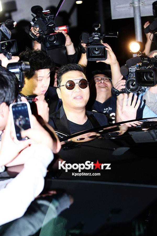 World Star PSY Arrived at Incheon Airport in Korea [18PHOTOS]key=>17 count19