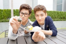 TVXQ Yunho and Changmin want to eat rice cake with Fans