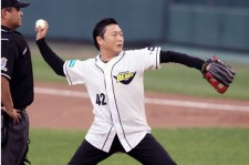 Psy's Baseball Poses are