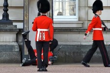 That Must've Hurt! Buckingham Palace Guard Slips In Front Of Hundreds Of Tourists