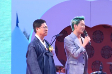 SBS Broadcaster Park Sang Do (left) and JYJ singer Junsu onstage at Thursday's Goyang International Flower Exhibition