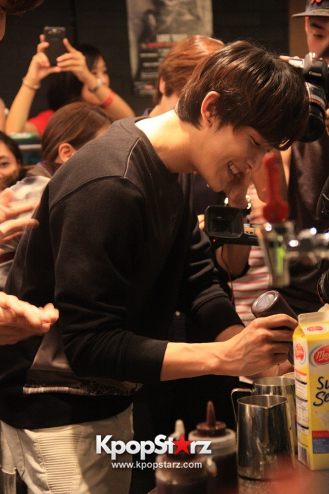 Fans Gathering: Royal Pirates as Baristas for Lucky Fans in Malaysia - May 2, 2015 [PHOTOS]key=>9 count37
