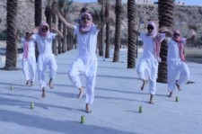 Saudi Men in Keffiyehs Dance to Psy's 'Gangnam Style' [VIDEO]