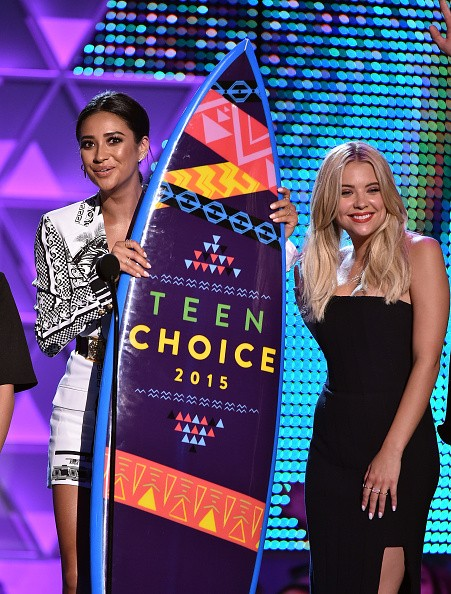 Actresses Vanessa Ray, Lucy Hale, Janel Parrish, Shay Mitchell, and Ashley Benson accept the Choice TV: Drama Show for 'Pretty Little Liars' onstage during the Teen Choice Awards 2015 on August 16, 2015 in Los Angeles, California.key=>4 count6