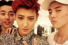 Z.Tao and TASTY twins take photo together