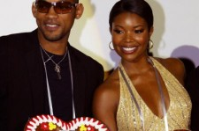 Actor Will Smith and actress Gabrielle Union pose with the Oktoberfest gingerbread hearts with the inscription 'Munich loves Bad Boys II' that they received as gifts at the German premiere of 'Bad Boys II' on October 2, 2003 in Munich, Germany.