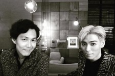 Choi Seung-Hyun (T.O.P) takes picture together with the acclaimed actor Lee Jung-Jae.