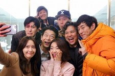 Casts and crews took a picture at the end of
