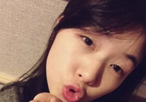 minah kissing self-camera