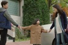 Hyun Woo and Soo Yeon in a tug-of-war on their child.