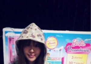Brown Eyed Girls Narsha, Picture With Birthday Present 'Barbie Dreamhouse'